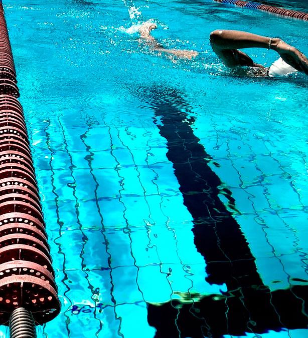 Limpieza de piscinas en castell n piscinasbenages for Limpieza fondo piscina